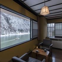 【本館・角部屋和室ベッドルーム】雪景色の最上川を眺めながら静かに流れる時を楽しむ