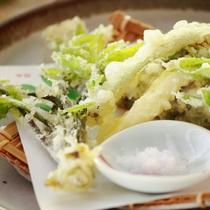 【和食膳・揚げ物一例】春の味覚「山菜の天ぷら」例。ほろ苦い春の味わいが口いっぱいに広がる