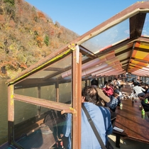 【最上川芭蕉ライン舟下り】船頭の舟唄を聞きながら最上川の流れに身をまかせ、船上からの景色を楽しむ