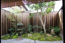 昔ながらの意匠こ凝らした風情あるお庭。