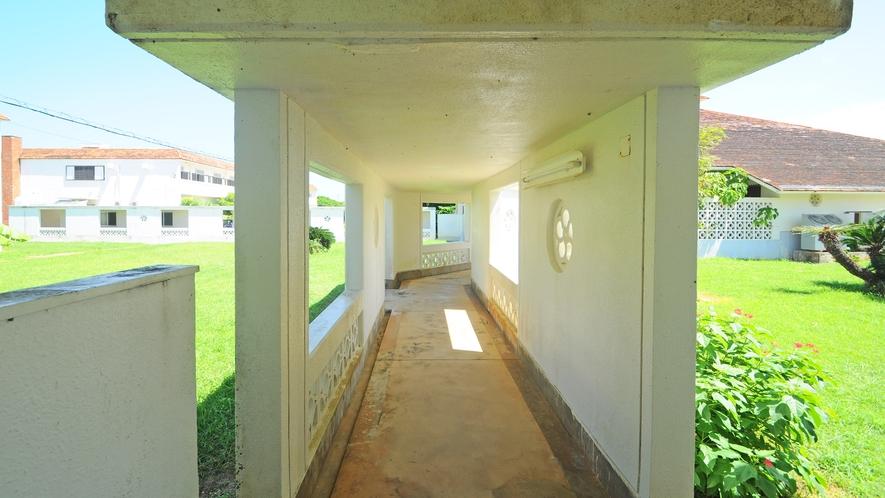 【施設】食事処さしばに移動の際はこの渡り廊下をご利用ください。※外履きとスリッパの履替あり