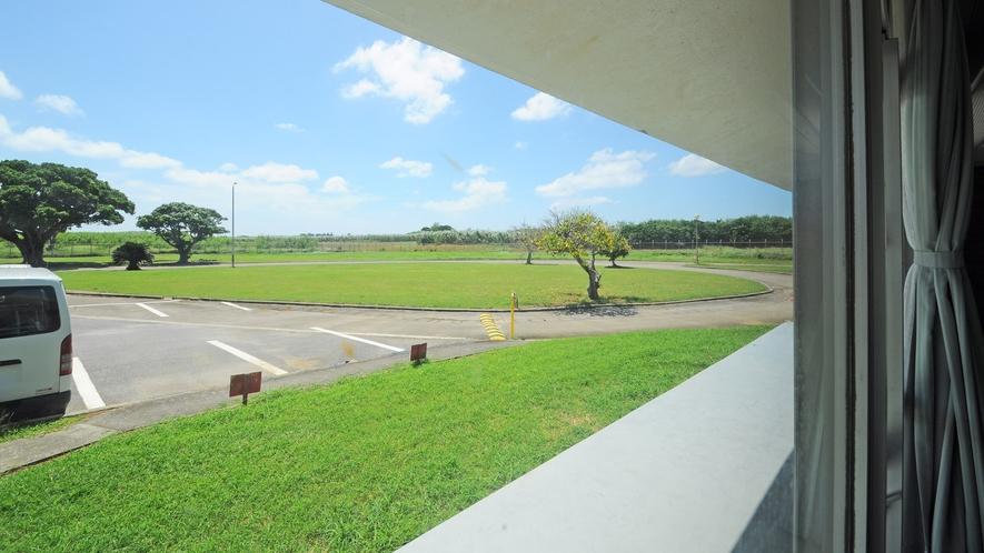 【施設】ロビー大広間からの景色です。周辺に建物がないので遠くまで見渡せます。