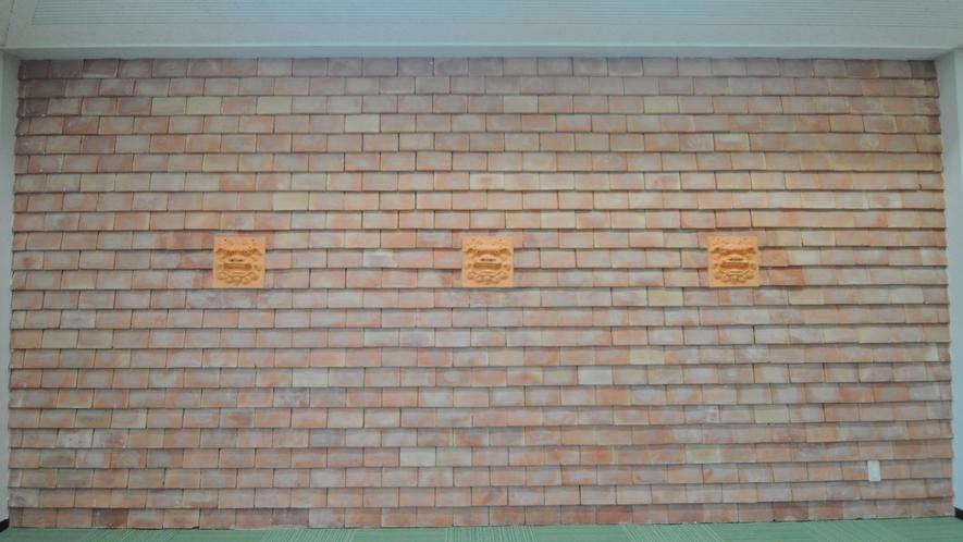 【ロビー】壁からも守り神のシーサーが覗いています☆