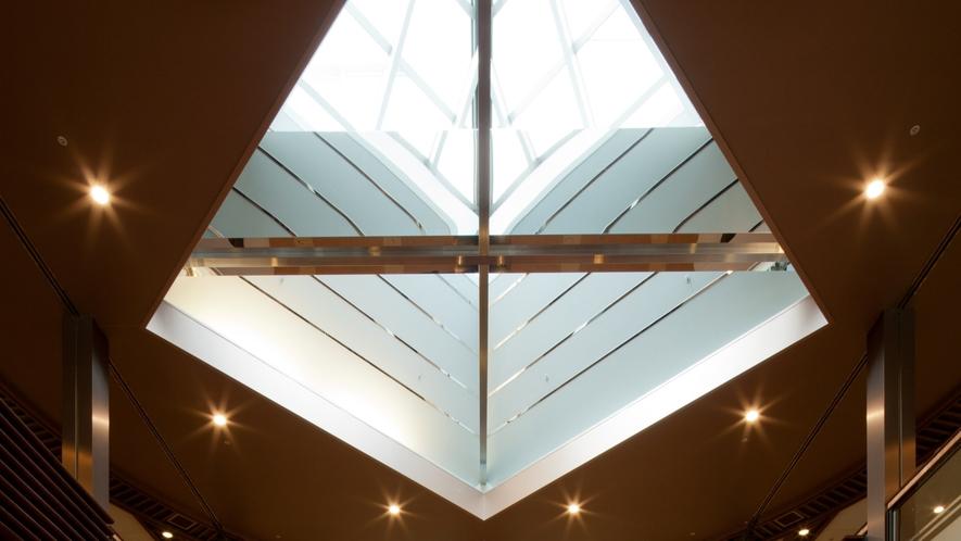 【ロビー】天井が高く、開放感のあるロビーです   【ラウンジ】ご宿泊のお客様にはウエルカムドリンクを