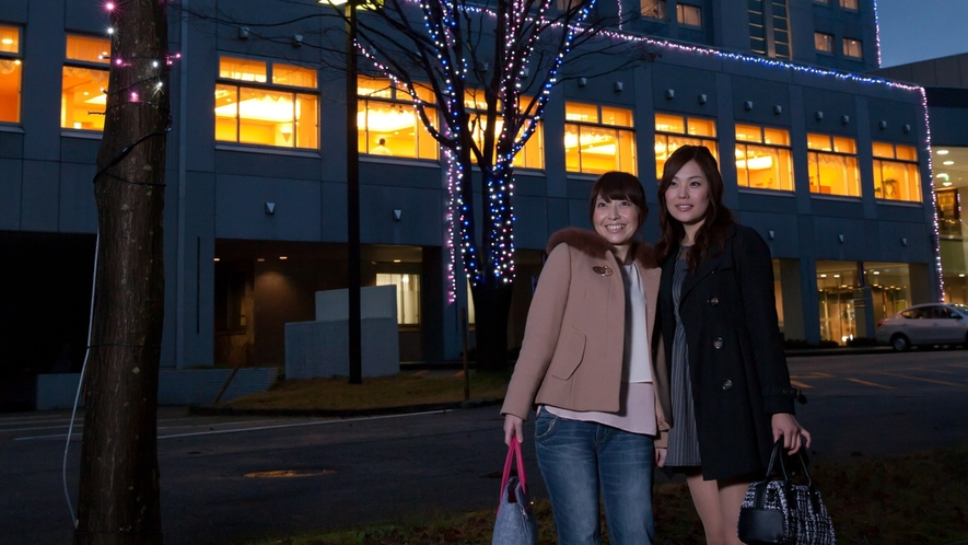 ライトアップで飾られたホテル外観