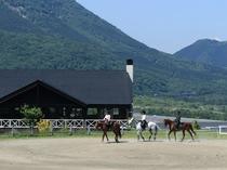 由布岳をバックに乗馬体験