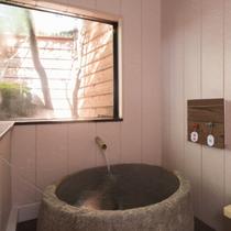 「てっせん」の内風呂は、岩をくりぬいた贅沢な造り。
