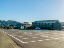 駐車場無料!舗装された平置きの駐車場です。