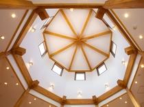 レストラン 天井が高く八角形のドームが特徴的
