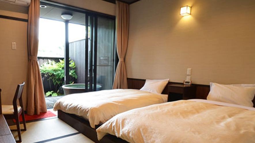 【露天風呂客室】広々したベッドでのんびりお過ごしください。
