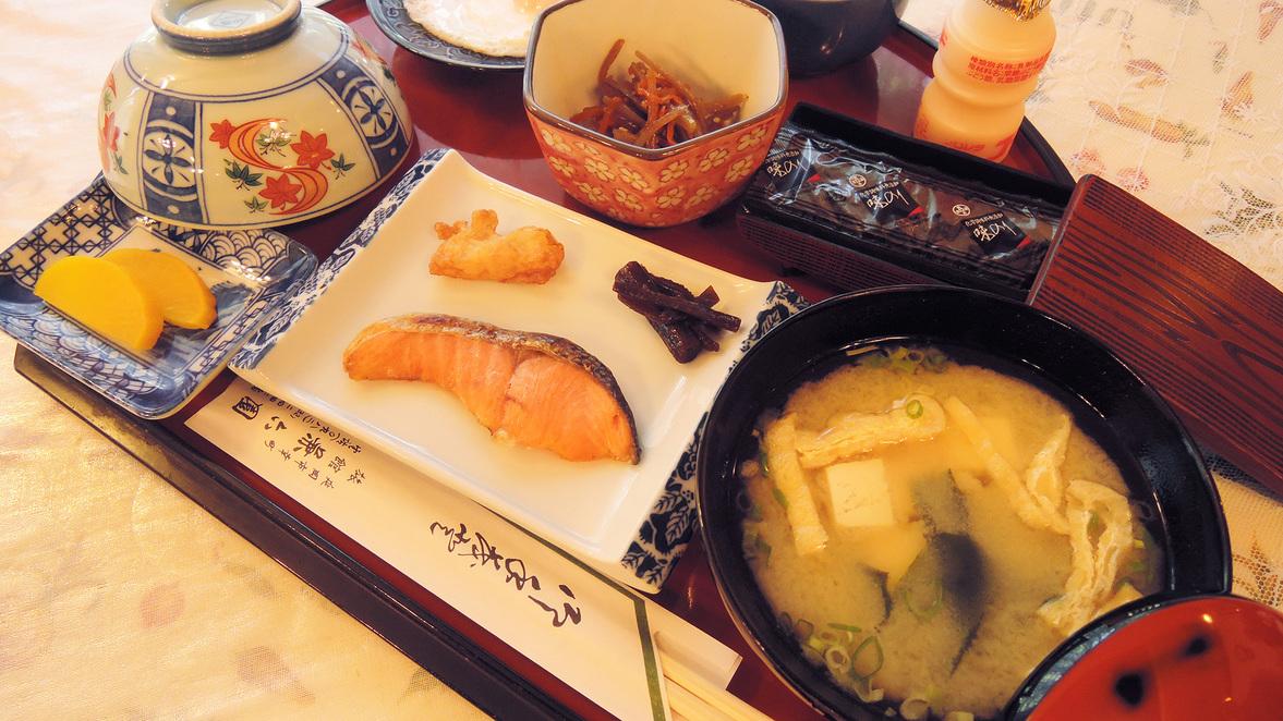 *【朝食一例】焼き魚、小鉢、卵料理、冷奴、ごはん、味噌汁など旅館定番の和定食です