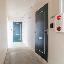 *【入口】アパートメントスタイルのお部屋です。
