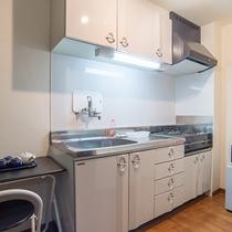 *【キッチン/客室1DK】自炊されるお客様には最適♪冷蔵庫や電子レンジ、お皿もご用意しております。