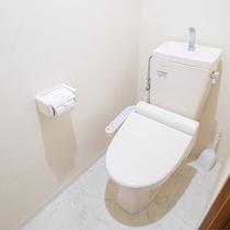 *【トイレ/客室1DK】白を基調とした清潔感のあるトイレです。