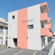 *【外観】KENROKUEN INNへようこそ!延岡駅まで徒歩3分の場所にあります。