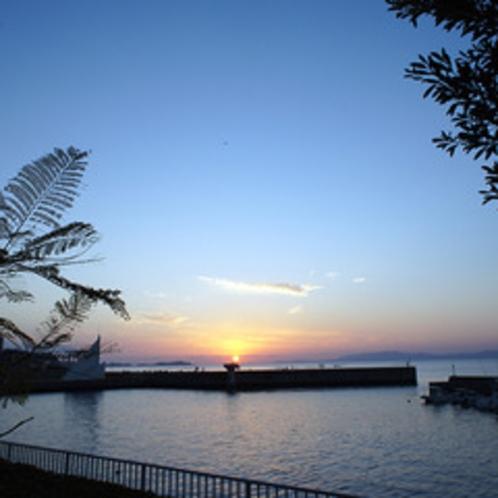 橘湾に沈む夕日を当館から