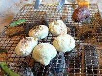 よもぎの香りがおいしい、おかみ手作り草餅です。ふわっとやわらか。