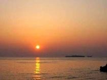 民宿から歩いて2分の海沿いからの朝日です。