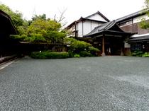 【外観】伝統的な砂利敷きの玄関