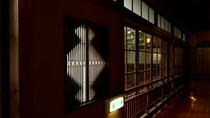 【施設】松皮菱と呼ばれる文様の窓