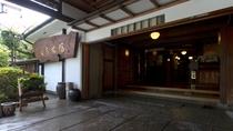 【外観】重厚な造りの玄関