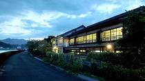 【外観】球磨川沿いから眺める、人吉旅館の佇まい