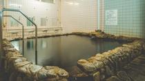 広々として、野趣あふれる岩風呂風のお風呂