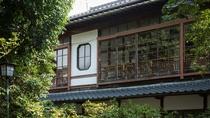 【外観】昭和初期の数奇屋造りの特徴を見せる窓のデザイン。