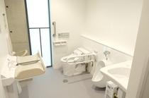 【親子トイレ】新しくなりました。おむつ交換台やベビーキープもあり、安心してご利用いただけます。
