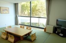 【客室】窓からのぞむ自然を借景に、ごゆっくりとおくつろぎください。