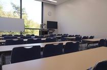 【会議室】静かな環境でご利用頂けます。プロジェクター等の貸出も行っております。