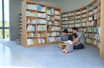 【どくしょルーム】星にまつわる本や、ためになる本がたくさん!ご宿泊のお客様は21時までご利用できます