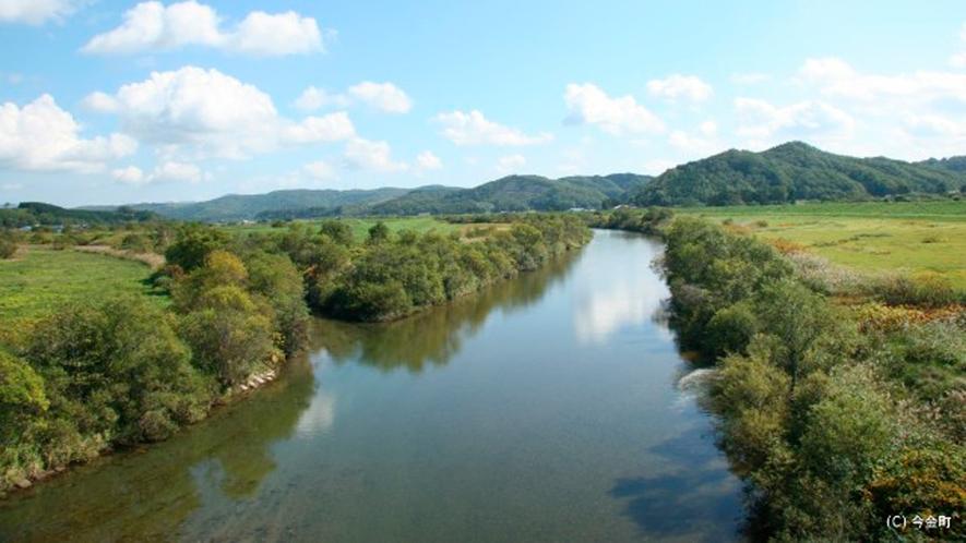 *後志利別川/当館より車で約7分、ピリカ湖より流れる美しい川の景色。
