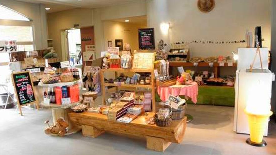 売店コーナーでは、今金産のお菓子や、ソフトクリーム等々販売しております。