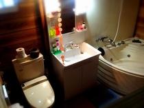 ツインルーム用部屋外のバス、トイレ