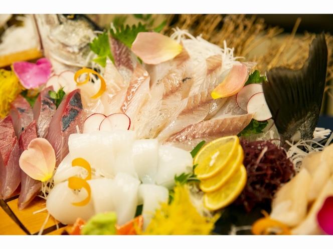季節の魚や貝などのお造り