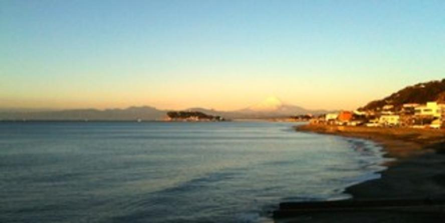 稲村ケ崎から富士山、江ノ島が見えます。