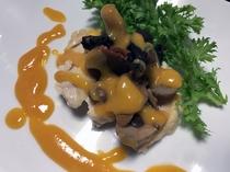 伊達鶏と洋キノコのポッシェ 卵黄味噌ソース