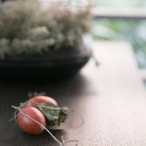 季節の彩をちりばめた調度品。四季を感じながらごゆっくりお寛ぎ下さい。