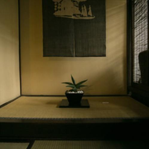 【ロビーの床の間】望月通陽さんの作品は当館のいたるところでご覧いただけます。