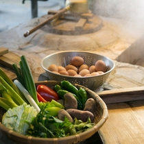 【地獄釜】で調理した食材は、冷めないうちに中庭で♪ ※調理一例