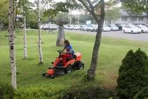 スーパーマン、芝を刈る。