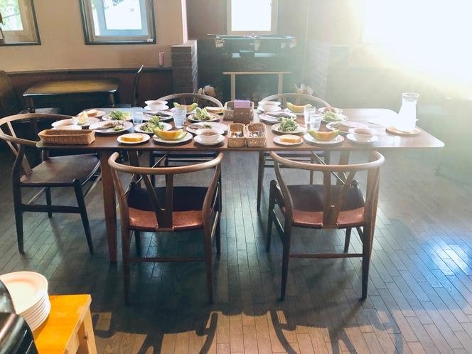 〜お楽しみのフルコースディナーの時間の前菜がセットされているテーブルの光景です〜