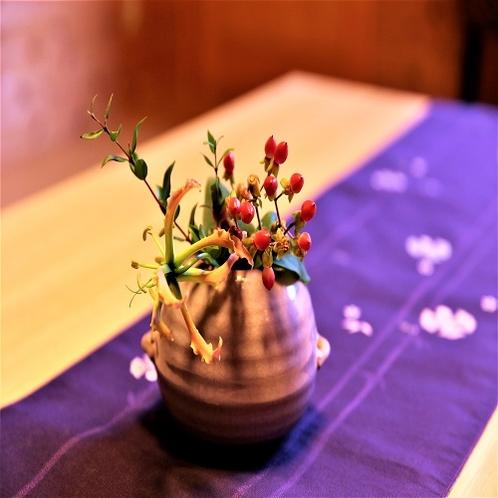 季節のお花で季節感を味わってください。