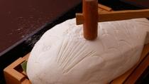 【鯛の塩釜焼き】新鮮な真鯛を赤穂の塩で包み焼き上げました。