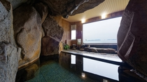 【室内大岩風呂】大きな窓から買いがのように展望を楽しむ。