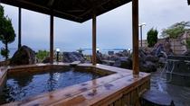 【露天風呂】檜風呂と岩風呂、2つの異なる湯を愉しめます。