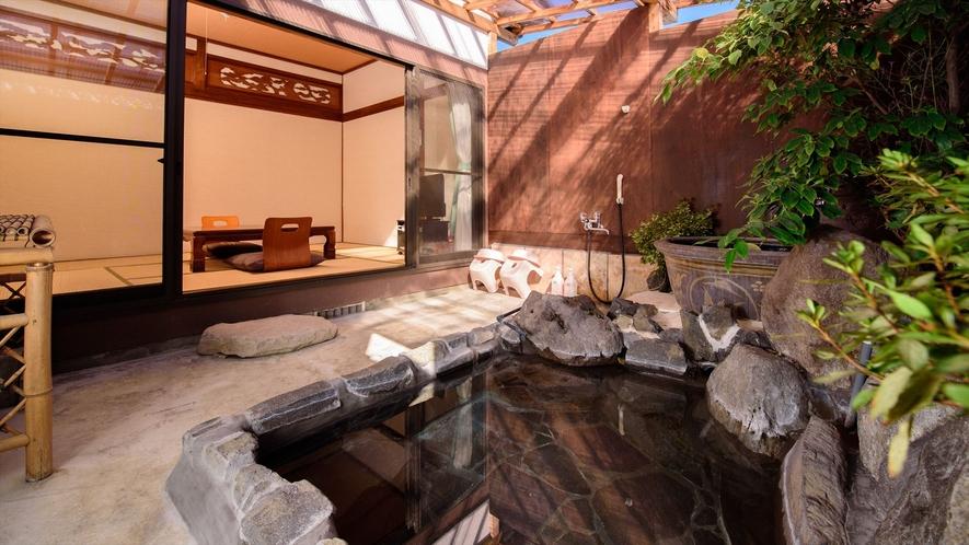 ●木蓮 源泉100%かけ流しの客室岩風呂