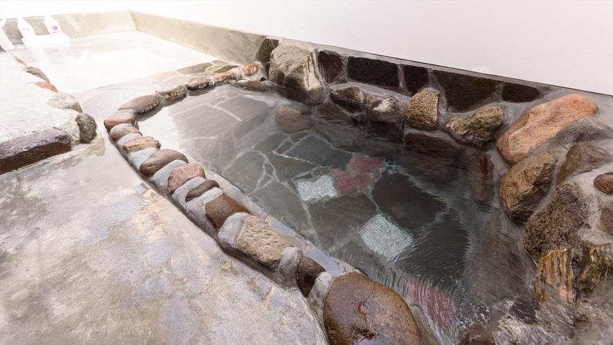 ●ひまわり 源泉100%かけ流しの客室岩風呂