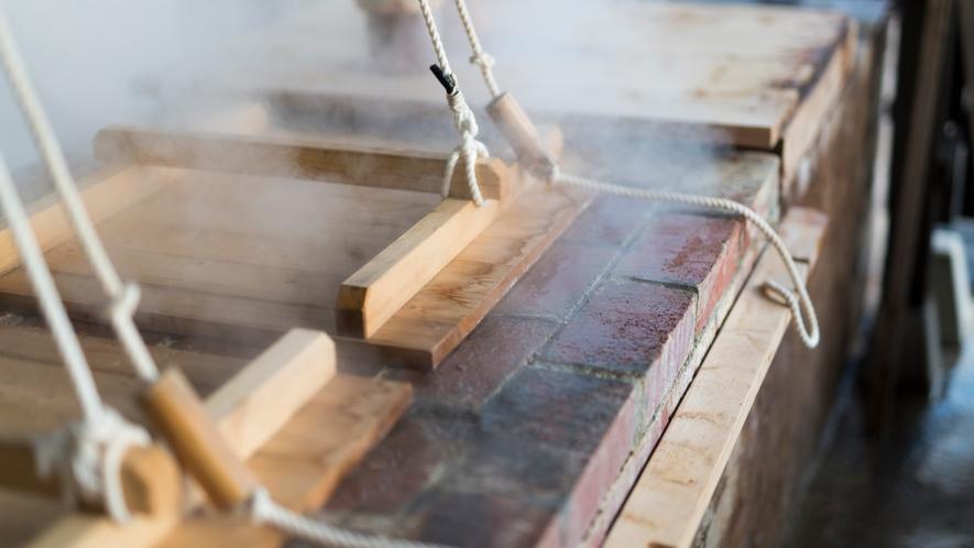 *【蒸し料理】温泉の蒸気を利用した「蒸し釜」。